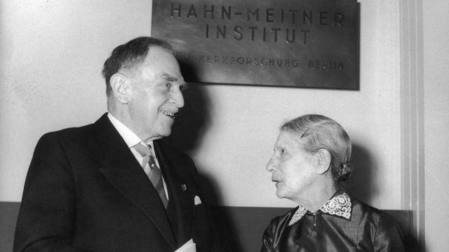 La física austríaca Lise Meitner (1878-1968) junto al químico alemán Otto Hahn (1879-1968) en la inauguración del Instituto Hahn-Meitner para la investigación nuclear en Berlín, el 14 de marzo de 1959.