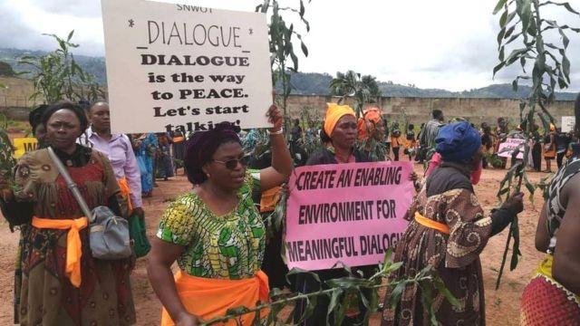 A Bamenda, des centaines de femmes marchent et exigent la paix dans les régions anglophones du Cameroun.