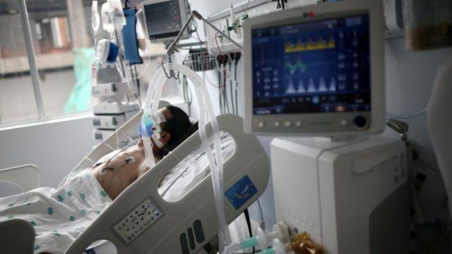 Paciente de covid-19 em Bogotá, Colômbia, em foto de junho