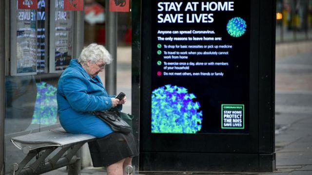 امرأة تنتظر قدوم الحافلة