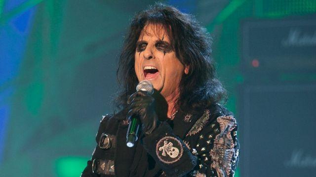 """Alice Cooper cantando en el programa de televisión """"Strictly Come Dancing"""" de la BBC."""