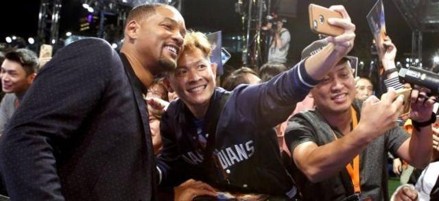 Will Smith ber-selfie dengan penggemarnya permulaan bulan ini.