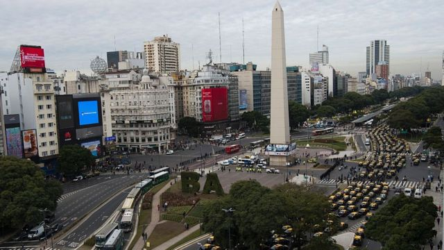 Taxistas bloquean la avenida 9 de julio de Buenos Aires para protestar contra la multinacional Uber
