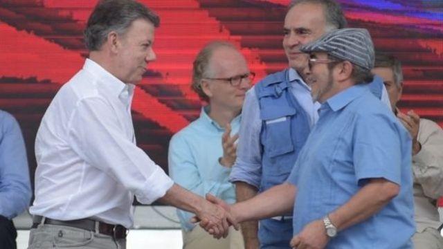 Juan Mnauel Santos, presidente de Colombia, y Timochenko