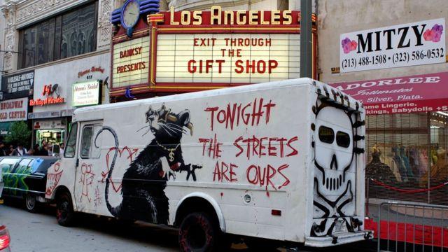 班克西以前的作品中也经常出现老鼠。这是他在美国洛杉矶的壁画(photo:BBC)