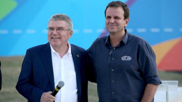 Thomas Bach (izq.), presidente del Comité Olímpico Internacional, y el alcalde de Río, Eduardo Paes.