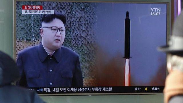 Түндүк Кореянын ЦТАК агенттиги өлкө лидери Ким Чен Ын өткөрүлгөн сыноого көз салып олтурганын жазды.