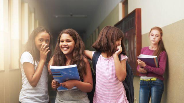 Una adolescente es dejada de lado por tres compañeras