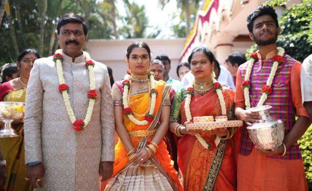 Janardhana Reddy (izq.) con su hija y otros miembros de su familia