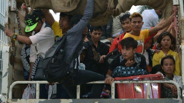 รถบรรทุกของทางการไทยพาแรงงานต่างด้าวชาวพม่าเดินทางออกข้ามพรมแดนจากไทยไปเมียนมาที่อ.แม่สอด จ.ตาก เมื่อวันที่ 1 ก.ค. 2560