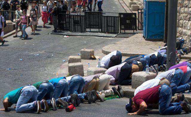 Palestinos rezando en la calle