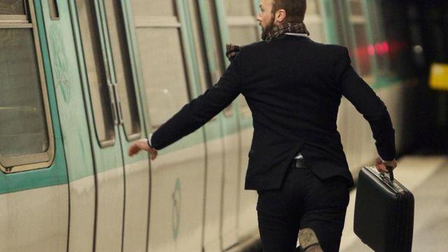 شخص يحاول اللحاق بالقطار