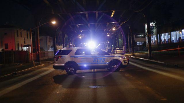 Une voiture de la police de New York stationnée sur une scène de crime à Ozone Park, dans le Queens, le13 août 2016.