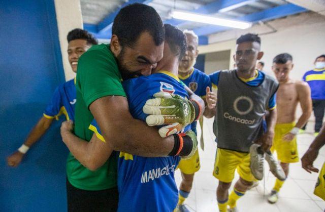 Dos jugadores del Managua FC se abrazan tras un partido el 29 de abril de 2020.
