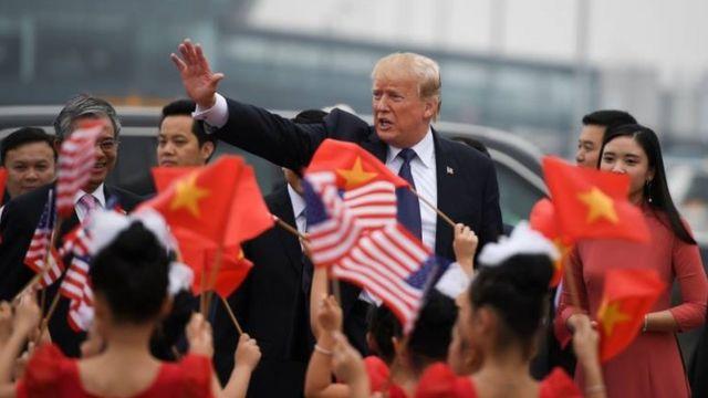 Chiều 12/11/2017, Tổng thống Hoa Kỳ Donald Trump vẫy tay chào tạm biệt Việt Nam tại sân bay Nội Bài, kết thúc chuyến thăm 3 ngày để tham dự APEC ở Đà Nẵng và chuyến thăm cấp nhà nước tại Hà Nội