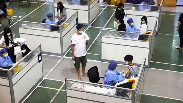 Los estudiantes de una escuela de Shanghai reciben la vacuna contra el covid-19.
