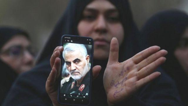 Женщина с портретом Сулеймани