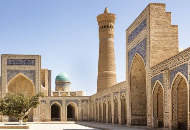El famoso minarete de la Mezquita Kalan contiene una escalera de caracol de ladrillo
