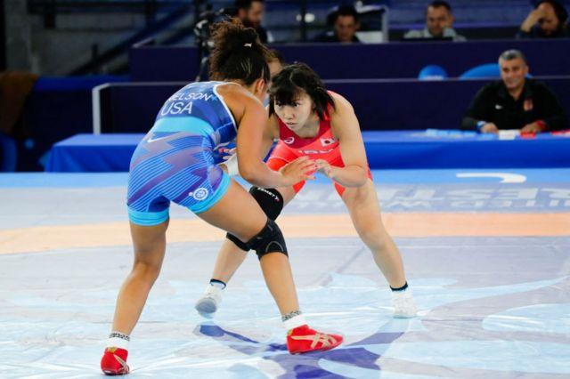 در میان کشتیگیران زن، تیمهای ژاپن و آمریکا از جمله تیمهای قدرتمند محسوب میشوند