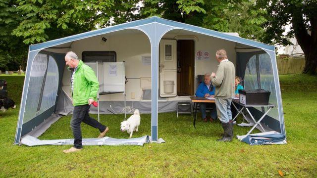 ケンブリッジシャーのカールトンのようにテントが投票所になったところも