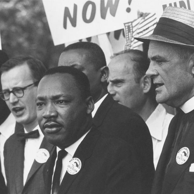 Marthin Luther King Jr. en su marcha pro derechos de los negros en Washington D.C.