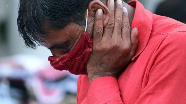 Hindistan'da yüzü maskeli bir adam.
