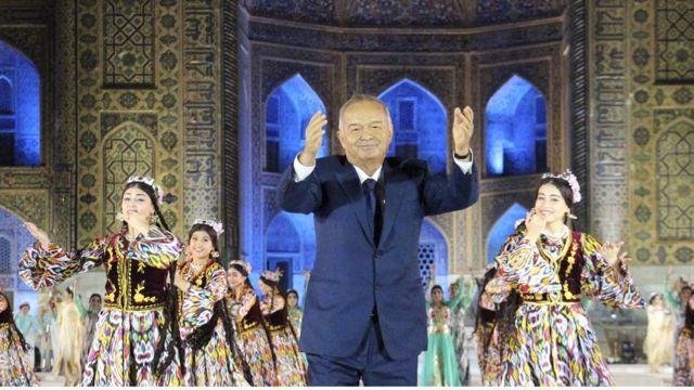 Karimov em festival musical uzbeque, em foto de agosto de 2015