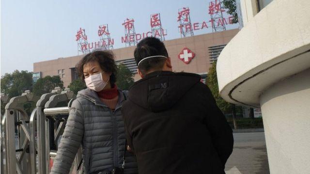 Una pareja con mascarillas en Wuhan