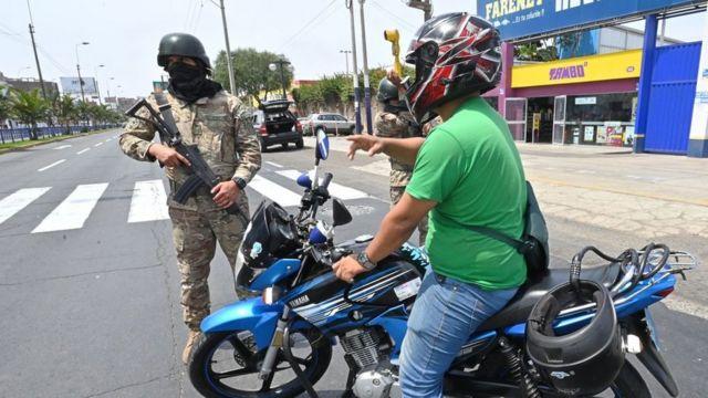 Una moto pasando un control