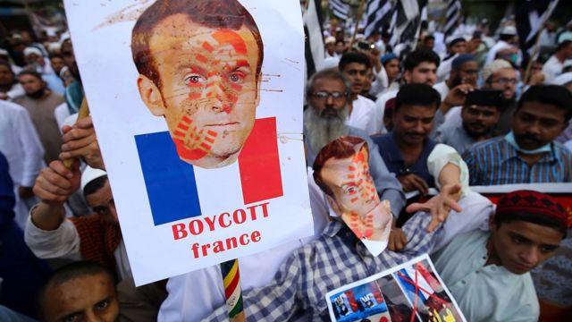 Müslüman nüfusun çoğunlukta olduğu birçok ülkede Fransız ürünlerinin boykot edilmesi yönünde çağrılar yapıldı, gösteriler düzenlendi.
