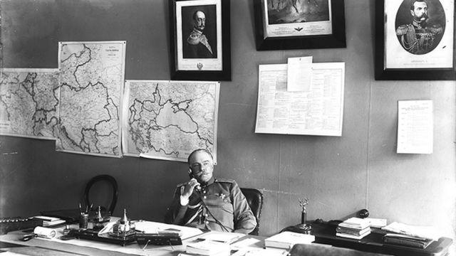 Начальник Петроградского жандармского управления генерал Иван Волков в своем кабинете (1915 год)