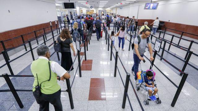 Fila no aeroporto de Atlanta, nos Estados Unidos