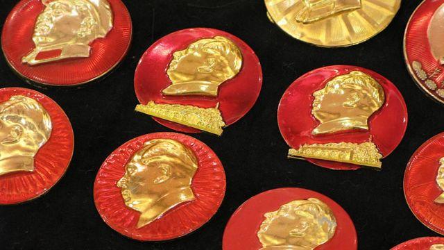 一批在香港展出的毛泽东像章(BBC中文资料图片)