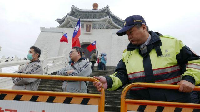 警察在中正紀念堂外架設護欄