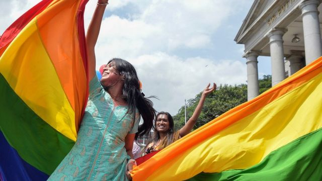 印度最高法院頒下裁決後,有人在法院大樓外慶祝。