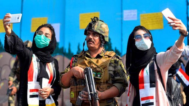 سلفی دو دختر با سرباز