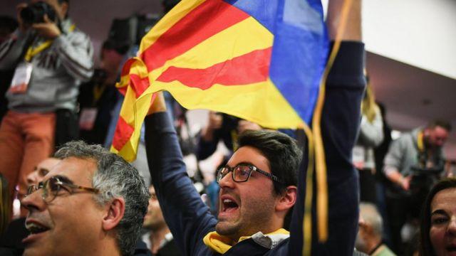 сторонник независимости каталонии с флагом