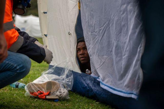 Personal sanitario revisa la salud de un hombre con asma en el campamento temporal para personas sin hogar ubicado en el estadio de rugby de Pretoria, en Sudáfrica, el 1 de abril de 2020.