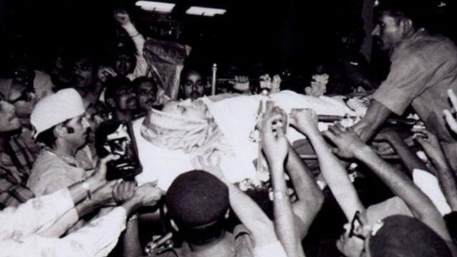 सरकारी माध्यमों ने इंदिरा गांधी की मौत की घोषणा कई घंटे बाद की थी.