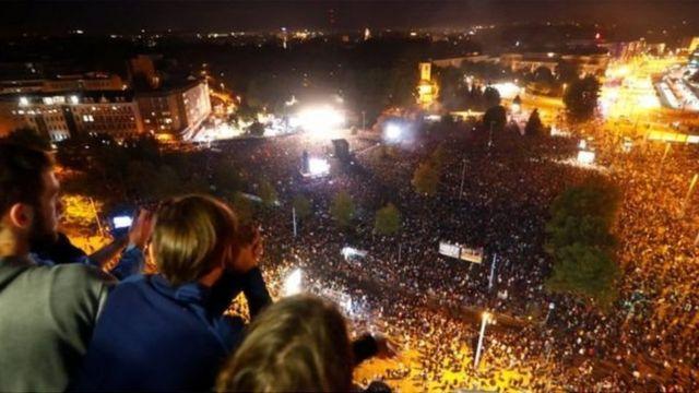 Натовп людей на концерті, вид згори