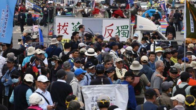 2018年4月,台灣立法院門外的示威人群。