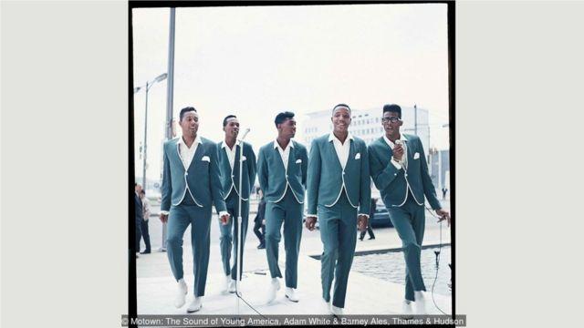 1965年,诱惑合唱团表演其标志性的大热歌曲《My Girl》。
