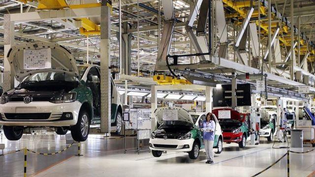 Linha de produção em fábrica da Volkswagen