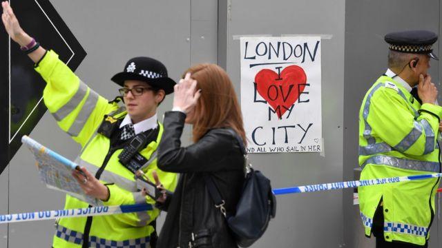 La policía acordona el Mercado de Borough en Londres.