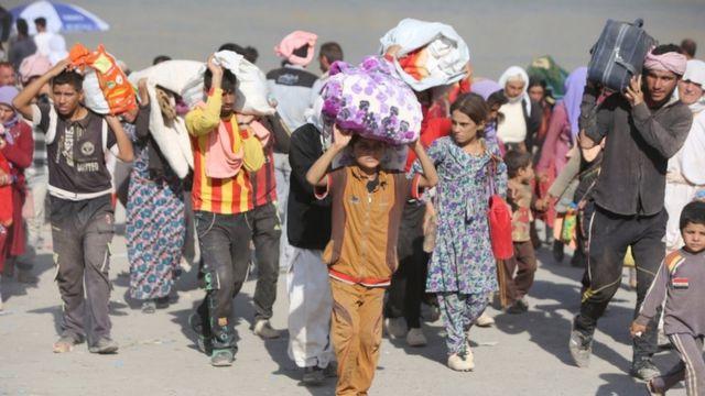 صورة أرشيفية لأيزيديين يفرون من تنظيم الدولة الإسلامية