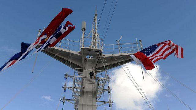 Quốc kỳ Trung Quốc và Hoa Kỳ treo trên cột buồm của Tàu Bệnh viện 'Hòa bình' khi con tàu bắt đầu chuyến thăm 5 ngày tại Mỹ vào 2015 tại San Diego, California của Hoa Kỳ.