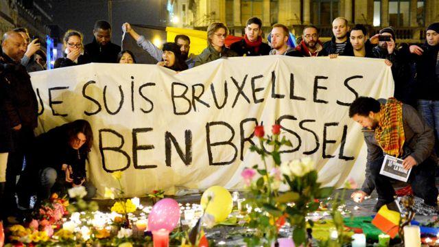 """Personas con una pancarta que dice """"Yo soy Bruselas"""""""