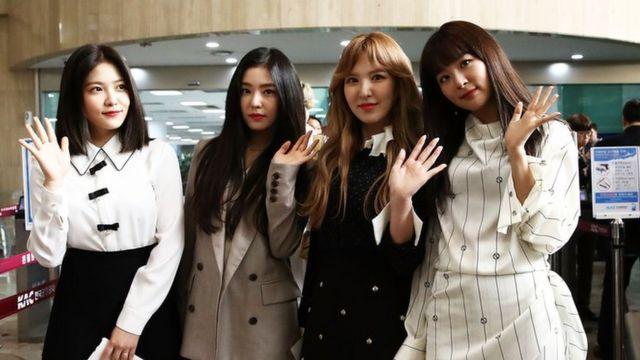 Женский коллектив Red Velvet в аэропорту перед рейсом в Пхеньян, 31 марта 2018 г.