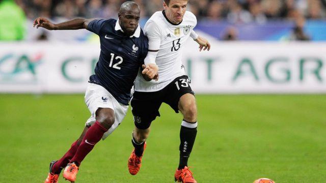 フランスのサッカー代表選手ラッサナ・ディアラ(写真左)はいとこのアスタ・ディアキテさんを襲撃で亡くした