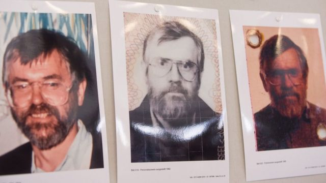 Três fotografias antigas de Manfred Seel, nas quais ele usa barba e óculos grandes, dispostas em uma mesa